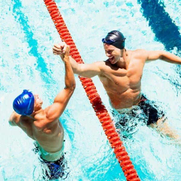 hommes sportifs dans une piscine qui se tapent la main