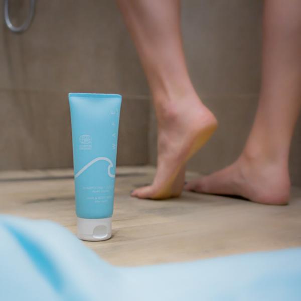 shampooing douche après-piscine sous la douche
