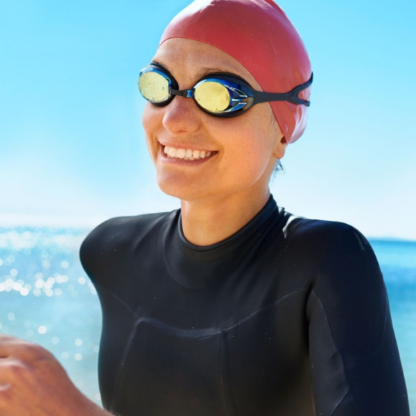 femme sportive souriante avant d'utiliser le shampooing douche après-piscine