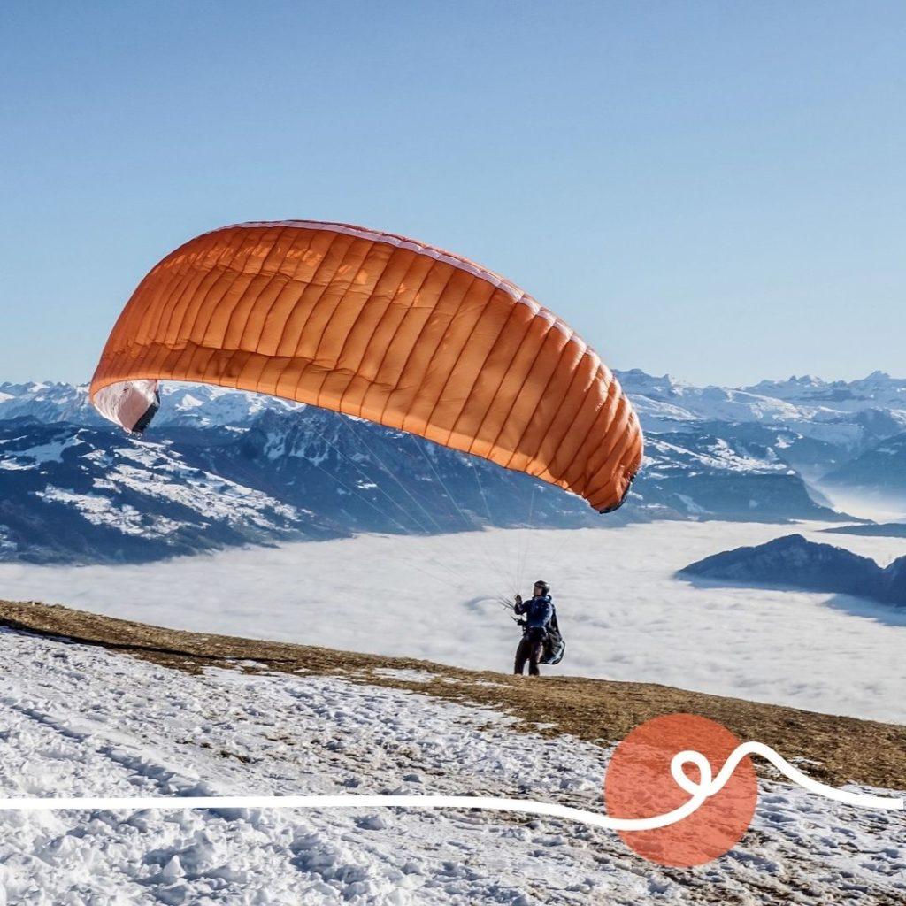 parapente dans les montagnes sous la neige