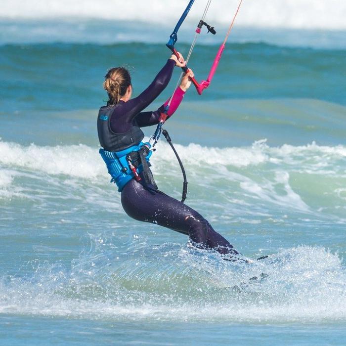 kitesurfeuse sur l'eau