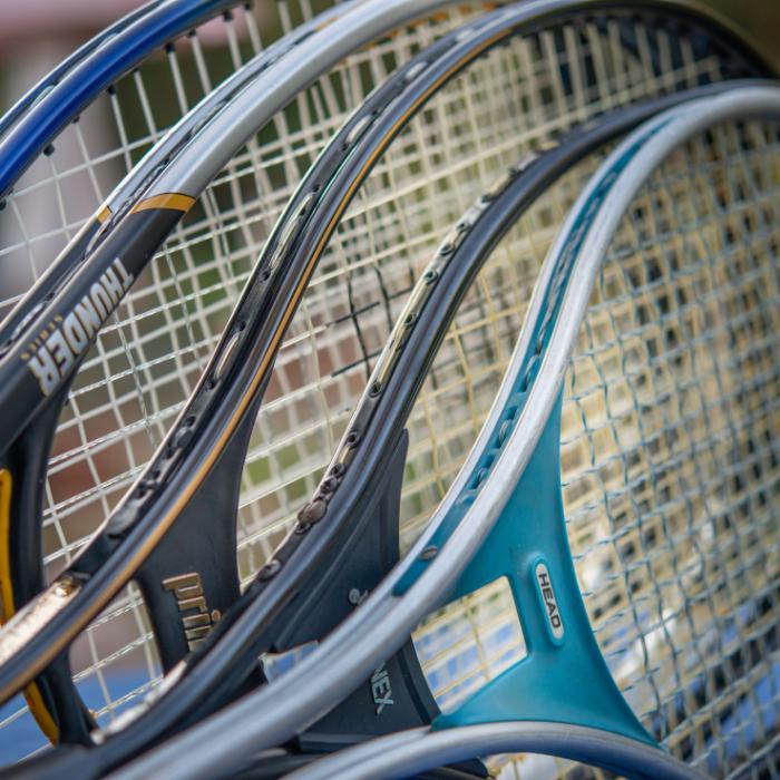 quatre raquettes de tennis