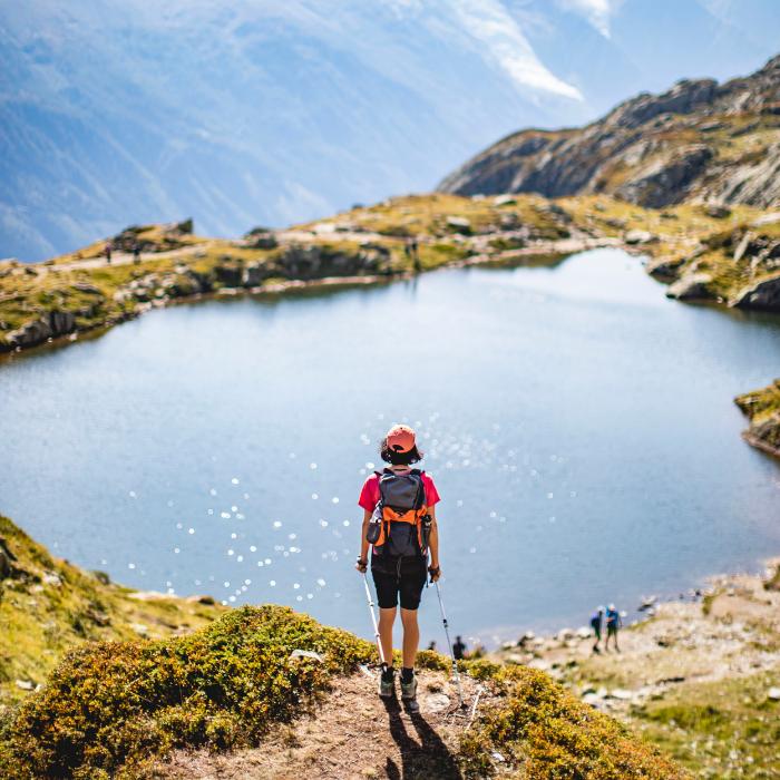 femme randonnée au bord d'un lac en montagne