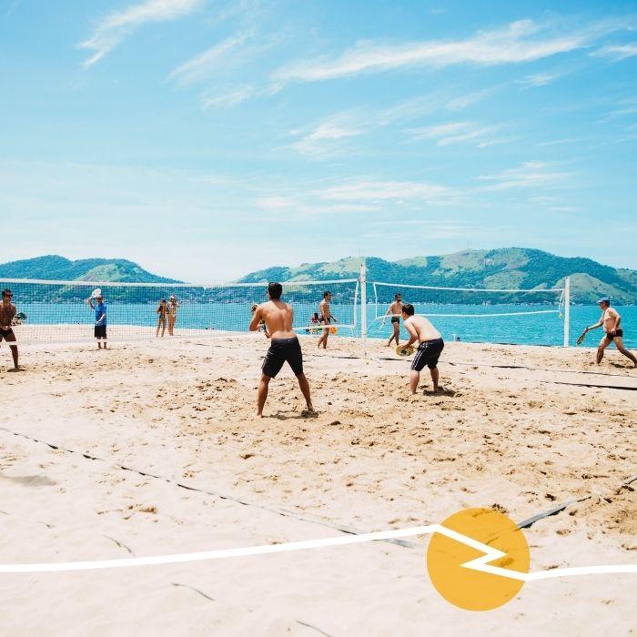 Partie de beach volley sur la plage au soleil