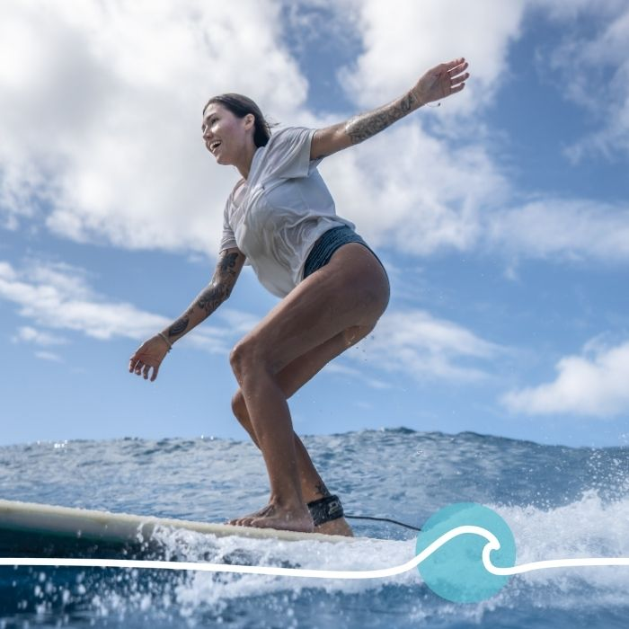 femme qui surf dans l'ocean
