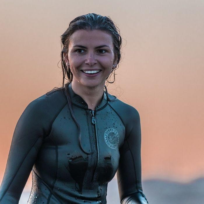 Femme qui fait du wakesurf et qui sourit