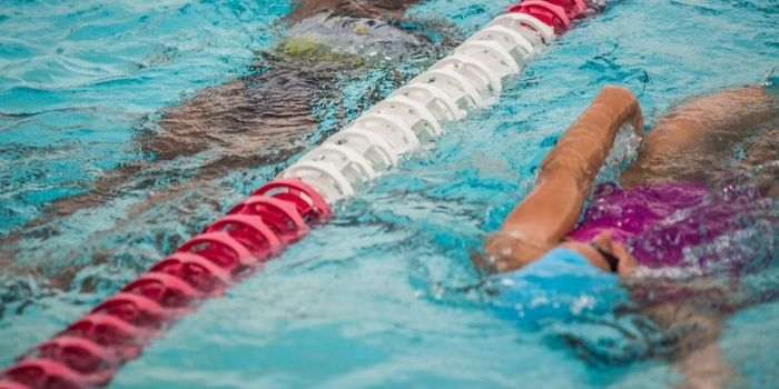 Nageuses dans un couloir de nage en piscine