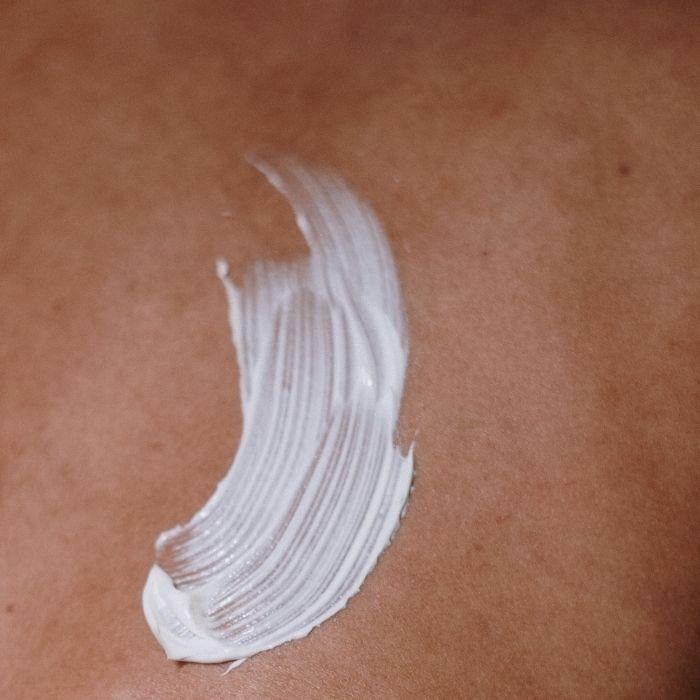 crème hydratante sur une peau de sportif