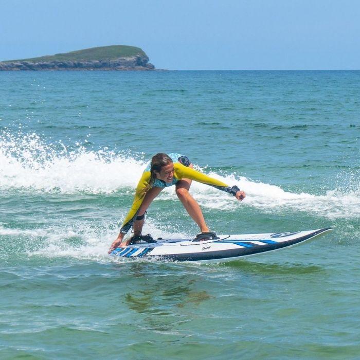 femme sur un surf électrique