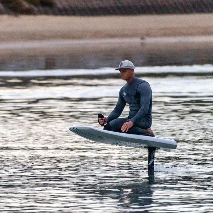 homme sur un surf electrique