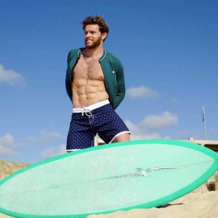 surfeur avec boardshort de Saint-Jacques Wetsuits