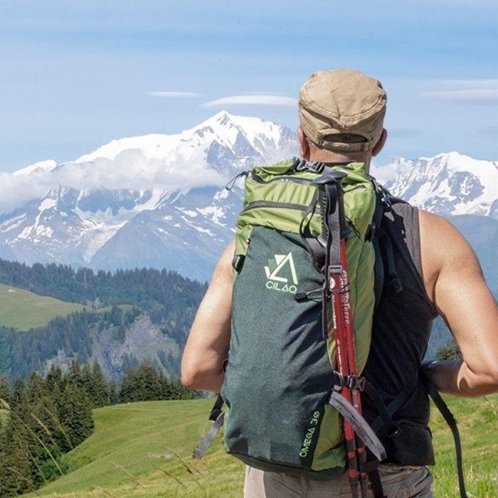 Randonneur en montagne avec sac à dos  CILAO