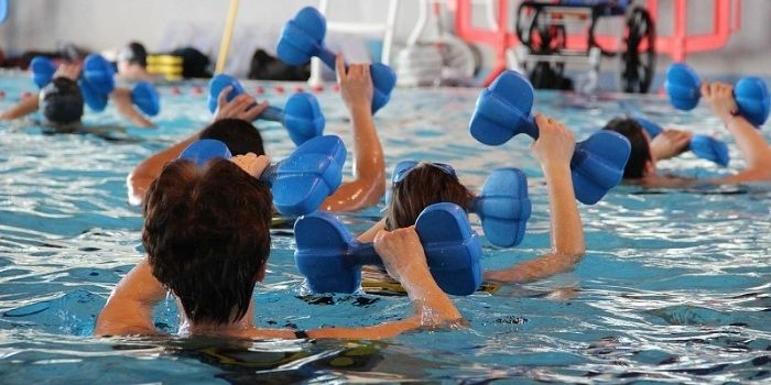 cours d'aquagym en piscine