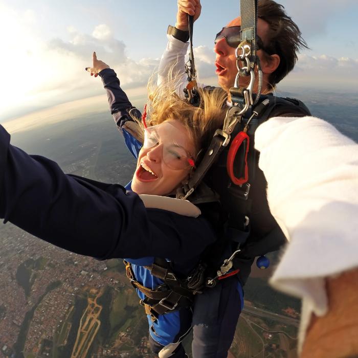 Femme qui fait du saut en parachute