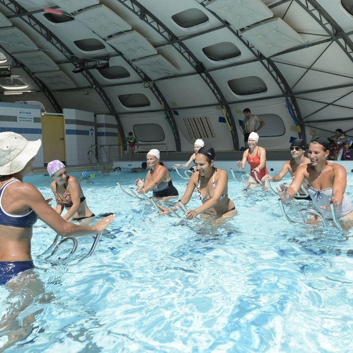 cours collectif d'aquabike en piscine