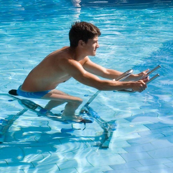 homme sur un vélo d'aquabike en piscine