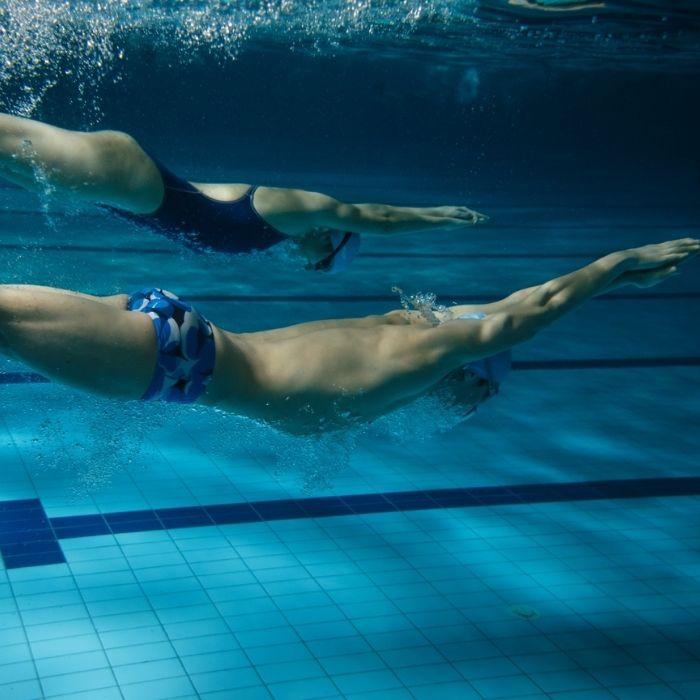 couple de nageurs sous l'eau dans une piscine
